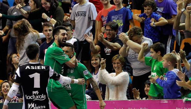 Eric Martel celebra, abrazado a Araça y, en presencia de Asier, el primer gol de los locales que supuso el empate a 1 ante el Aspil Vidal.