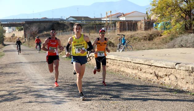 EL PODIO De izda. a dcha.: Ricardo Calvo (tercero); Eduardo Menacho (campeón); y Rubén Izal (segundo).