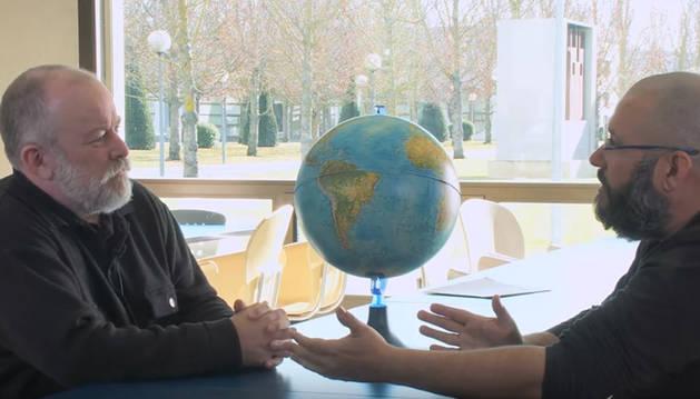Imagen del vídeo en el que Joaquín Sevilla y Javier Armentia hablan de los husos horarios.