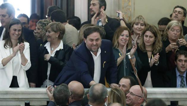 Imagen de Oriol Junqueras en las escalinatas del Parlament tras aprobarse la declaración de independencia el 27 de octubre.