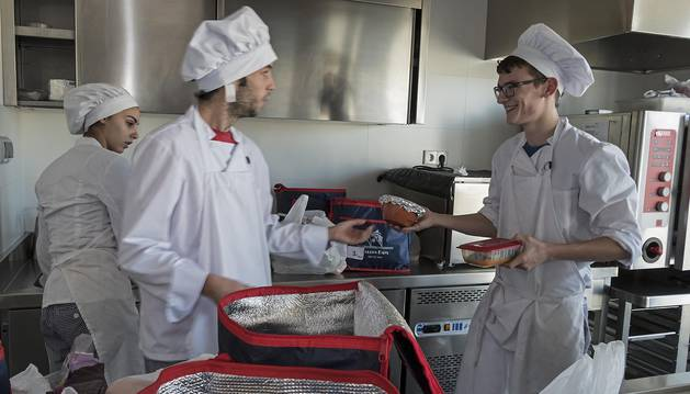 Alumnos de cocina de la escuela taller, este martes al mediodía durante la preparación de los menús sociales.
