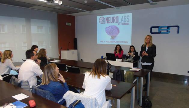 Imagen de los asistentes a la conferencia sobre neuromarketing impartida por Ana Lamas, CEO de Neurolabs.