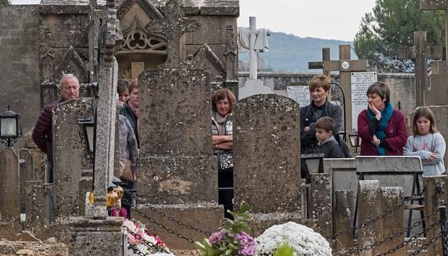 Un grupo de personas visita a sus seres queridos difuntos en el cementerio de Estella, que ayer registró una alta afluencia por la festividad de Todos los Santos.