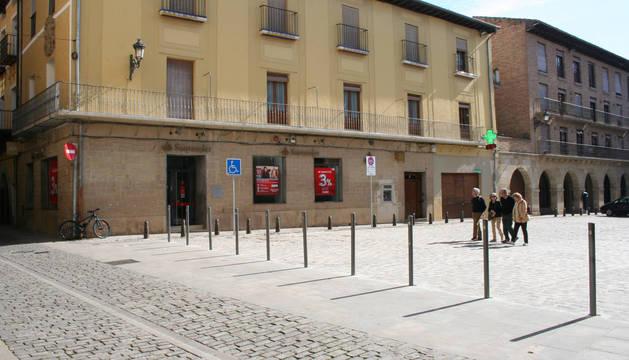 Imagen de la plaza Julián Mena, donde se ubica el consistorio de Puente la Reina, impulsor del programa.