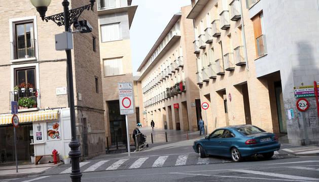 Un coche accede a la calle Verjas. La cámara se encuentra en la farola de la izquierda.
