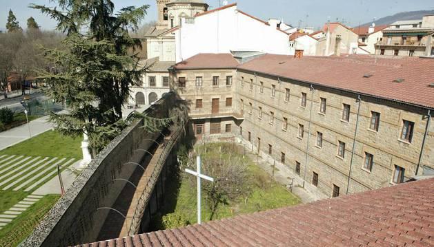 Patio del convento de las Salesas, a la izquierda, la calle Taconera y, al fondo, la iglesia de San Lorenzo.