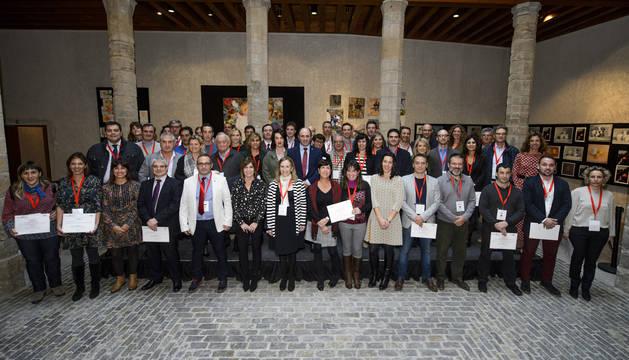 Foto de grupo de las empresas reconocidas. En el centro, el vicepresidente Ayerdi y la presidenta del Parlamento, Ainhoa Aznarez.