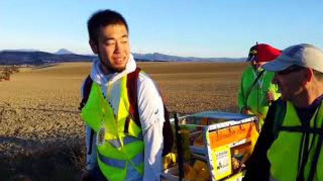 Voluntarios japoneses limpian el Camino de Santiago en Navarra