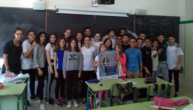 Un grupo de estudiantes del instituto Benjamín de Tudela posa después de recibir la sesión sobre la comunidad gitana.