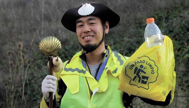 Cada 4 meses, voluntarios japoneses recorren las cunetas de la ruta jacobea en Navarra para recoger basura. Así se vive una etapa a su lado