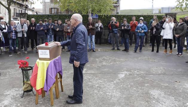La ceremonia tuvo lugar en Seme alaben plaza, donde está situado la escultura en honor a los fusilados.