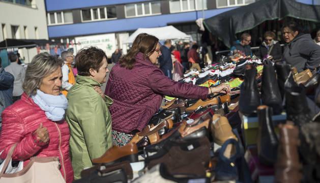 Además de fruta y verdura, en el mercadillo se vende ropa, calzado, complementos y flores.