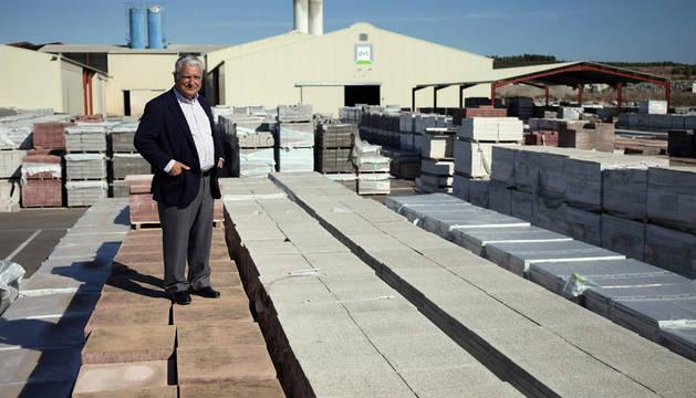 José Luis Moracho Amigot, fundador y presidente de PVT, en la fábrica de Cabanillas, sobre algunas de las baldosas que fabrican.