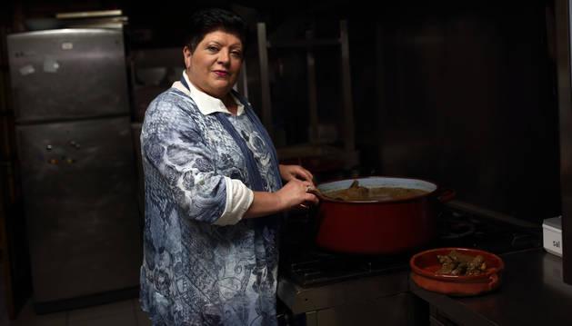 Foto de Paquita Alzuguren Telletxea en la cocina de su bar-restaurante Elutsa, de Etxalar, en plena fase de elaboración de palomas.