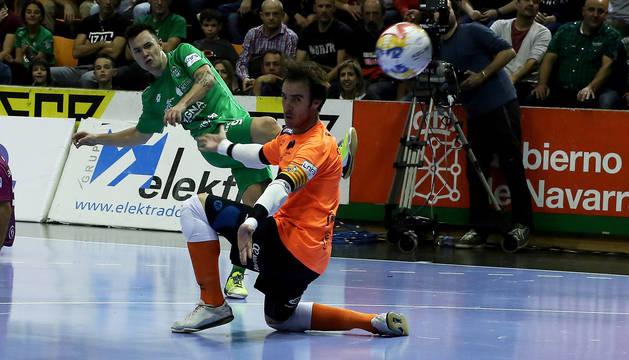 El ala-pívot de Osasuna Magna, Dani Saldise, la golpea para ponerla en la escuadra y hacer el 2-0 ante Carlos Barrón.