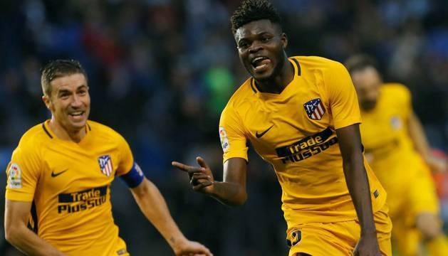 El centrocampista ghanés del Atleti Thomas Partey (d) celebra su gol marcado ante el Deportivo