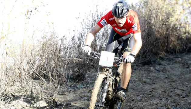 Diego Latasa, con el maillot de líder del Open Dario de Navarra, en uno de los tramos más ambarrados del circuito de la contrarreloj de Ororbia.