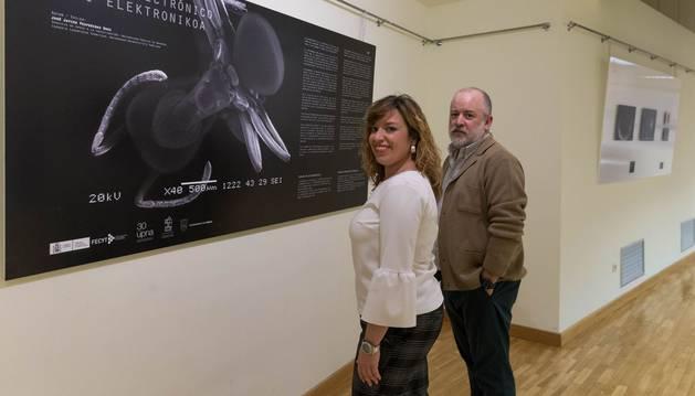 La concejala Silvia Cepas y el profesor Joaquín Sevilla, delante del cartel anunciador de la muestra fotográfica.