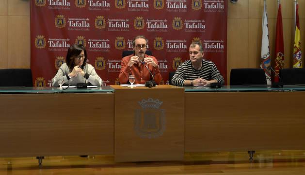 Desde la izda., Soco Ojer, el alcalde Arturo Goldaracena; y José Ignacio Moros en la presentación de la iniciativa.