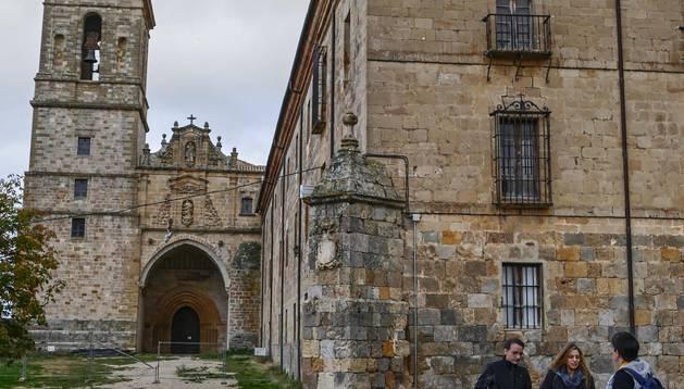 El Monasterio de Irache, con la iglesia que permanece vallada para indicar su cierre a las visitas.