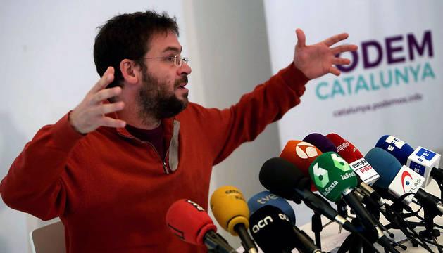 El secretario general de Podem Catalunya, Albano-Dante Fachin, durante la rueda de prensa en la que ha anunciado que dimite de su cargo y que deja de militar en la organización política.