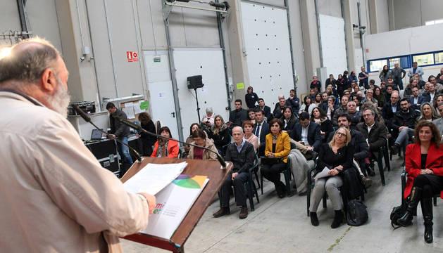 El ex presidente de Amimet, Javier Muerza Serra -a la izda.-, durante su discurso en el acto de celebración del 30 aniversario del CEE.