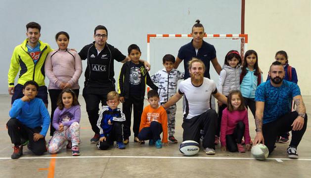 Los niños y niñas que participaron, junto a los integrantes del Gigantes de Navarra.
