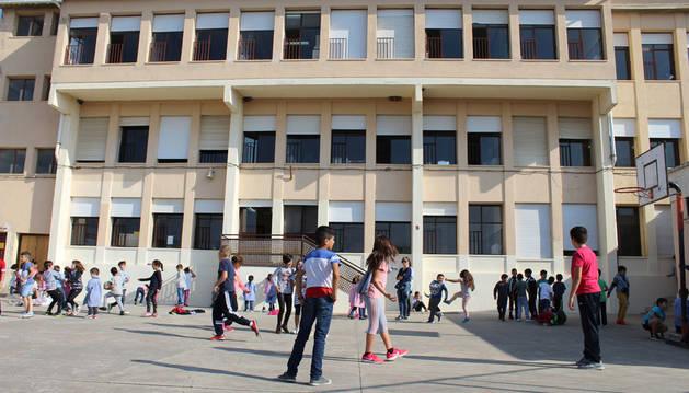 Imagen de los alumnos del colegio público Virgen de Nievas de Sesma en el patio del centro durante el recreo.
