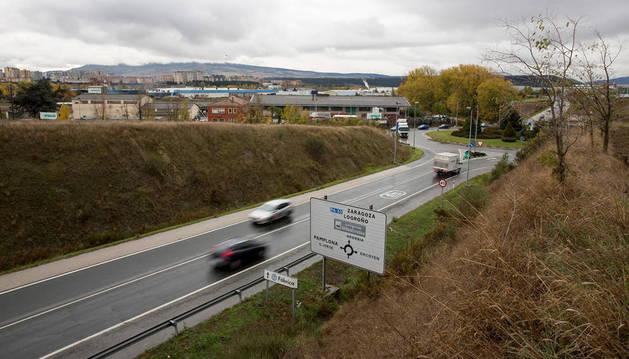 A esta altura de la PA-30 se baraja una pasarela peatonal entre el término de Orkoien y el de Pamplona, donde estaba el matadero (izda).