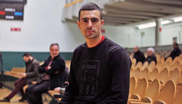 El pelotari Asier Agirre en el frontón Labrit previo a la final del sábado que disputará ante Peña II.