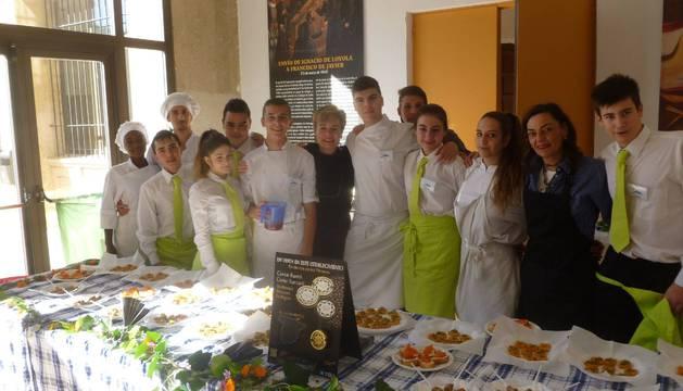 Alumnos de Cocina y Bar del IES Sierra de Leyre de Lumbier prepararon el aperitivo.