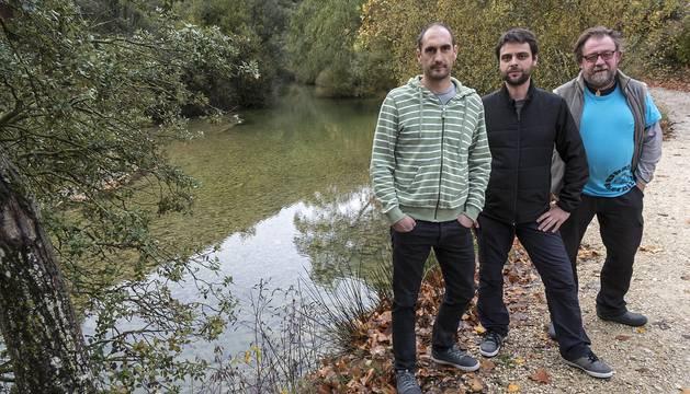 Desde la izquierda, Mikel Apesteguía Martínez de Lizarrondo, Aitor Rico Buldain y Stef Mussche, ayer a orillas del río Ubagua en Riezu.
