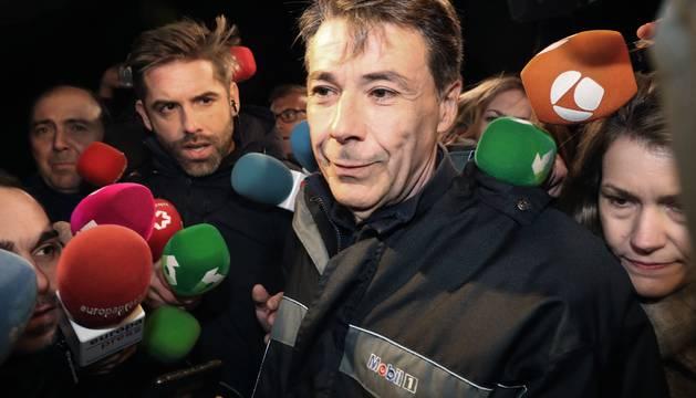 Ignacio González atiende a los medios tras su salida de prisión.