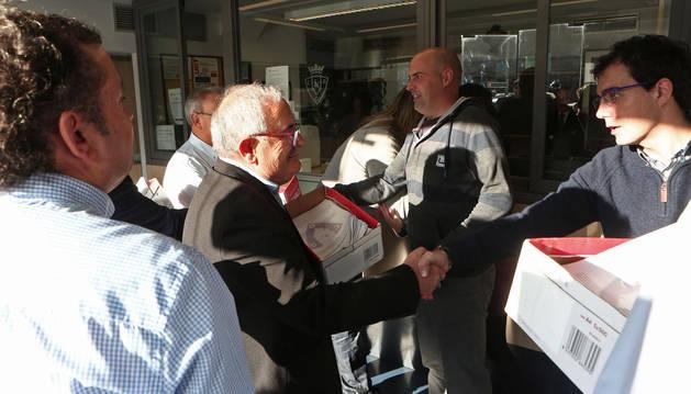 foto de Luis Sabalza y su equipo de directivos, la semana pasada entregando el millar y medio de firmas de los socios a la Junta Electoral.