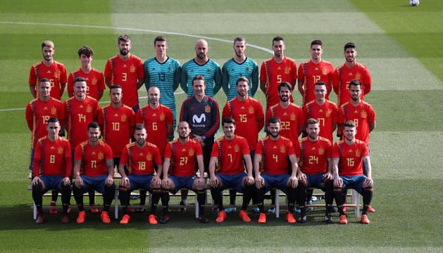 Los 23 convocados para esta concentración de la selección junto a Lopetegui posando con la nueva indumentaria