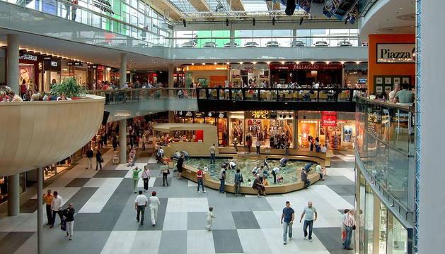 Foto del interior de un centro comercial.-
