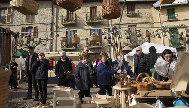 Varias personas observan un puesto de artesanía en las ferias del año pasado.