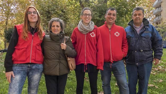 Desde la izquierda, Ainara Arteaga San Miguel, voluntaria; María Antonia Martín Martínez; la técnico de Cruz Roja Nerea Iribarren López; Joaquín León Herrero, voluntario, y Luis Daniel de la Torre.