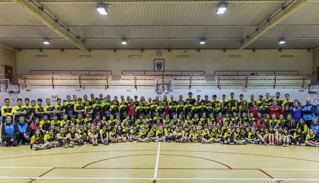 Puesta de largo en el polideportivo de los equipos de Balonmano Lagunak