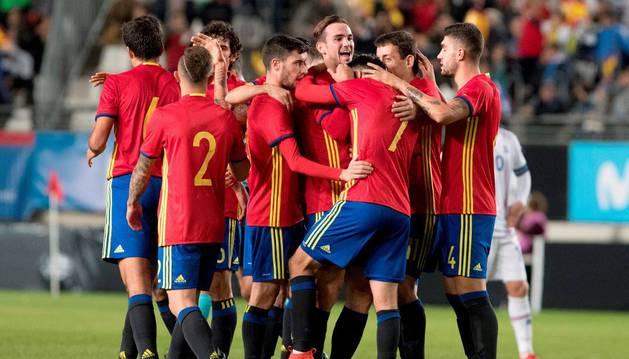 Los integrantes de la sub-21 celebran el gol anotado a Islandia