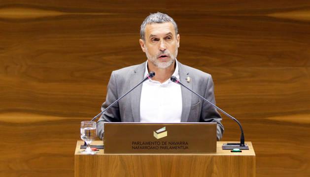 Miguel Laparra, en el Parlamento de Navarra.