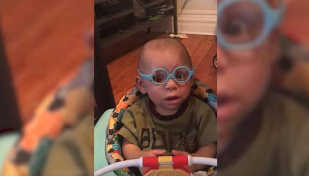 Imagen del bebé mirando con gafas por primera vez.