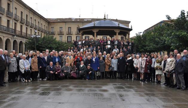 Antes de la comida, todos los socios participantes en la jornada festiva se reunieron en la plaza para inmortalizar el momento en una foto de familia.