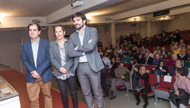 En la imagen, de izda. a dcha.: Abel Casado, Uxue Barkos y Eneko Larrarte, ante los asistentes al acto.