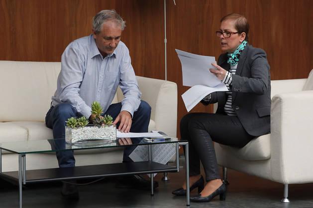 Imagen del consejero Mikel Aranburu y la presidenta Uxue Barkos analizando unos documentos en el Parlamento de Navarra.