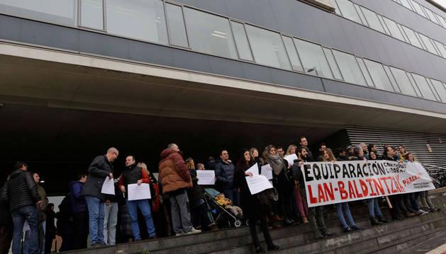 Imagen de los trabajadores que se concentraron en la entrada principal de la empresa pública.
