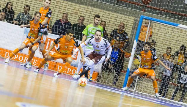 Cinco jugadores del Aspil-Vidal defienden su portería en un instante del partido disputado ante el Palma en el Ciudad de Tudela.