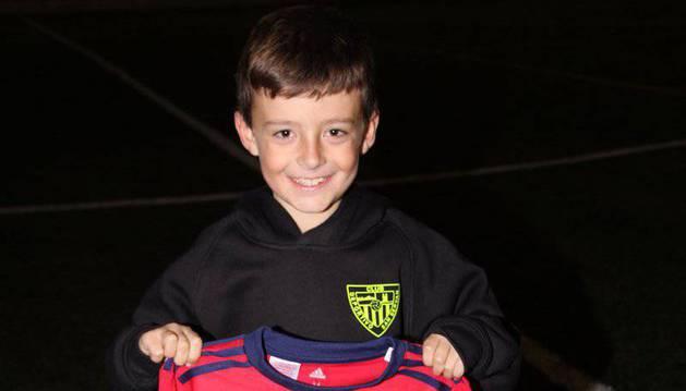 El joven 'Paquito' posa con la elástica de Osasuna firmada por la plantilla del benjamín