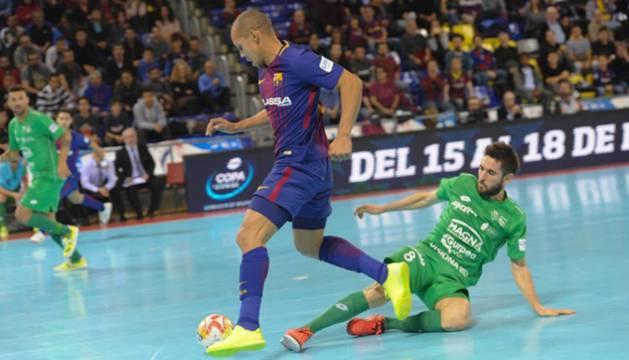 Roberto Martil se lanza ante Ferrao durante el partido en el Palau Blaugrana