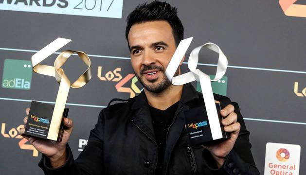 El puertorriqueño Luis Fonsi posa con el premio a la Mejor Cancion Internacional del Año y con el Golden Award para su canción